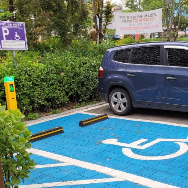 신촌 파랑고래 건물앞 공용주차장 장애인 전용 주차구역에 설치된 장애인 주차구역 위반 자동단속시스템. ⓒ정민재 기자